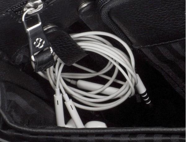 maletín de cuero con solapa color negro cables