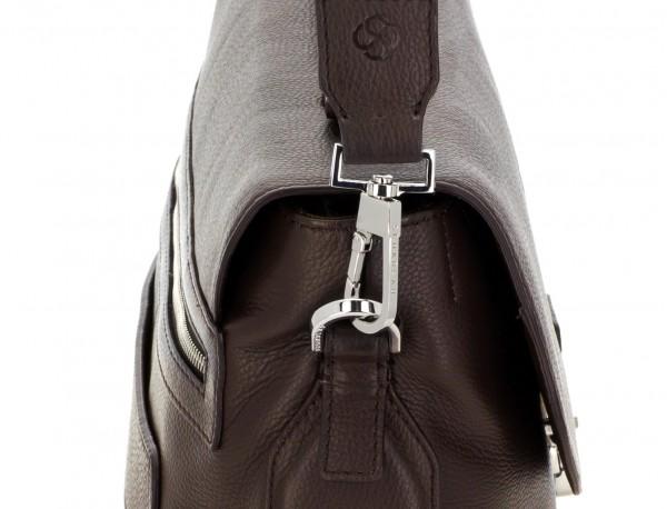 maletín de cuero con solapa color marrón bandolera