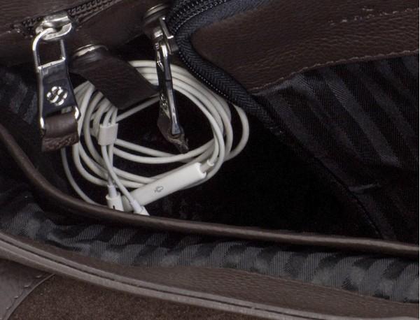 maletín de cuero con solapa color marrón interior