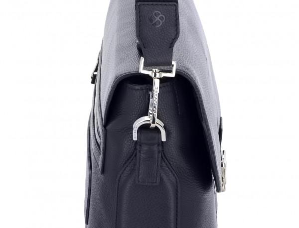 maletín de cuero con solapa color azul bandolera
