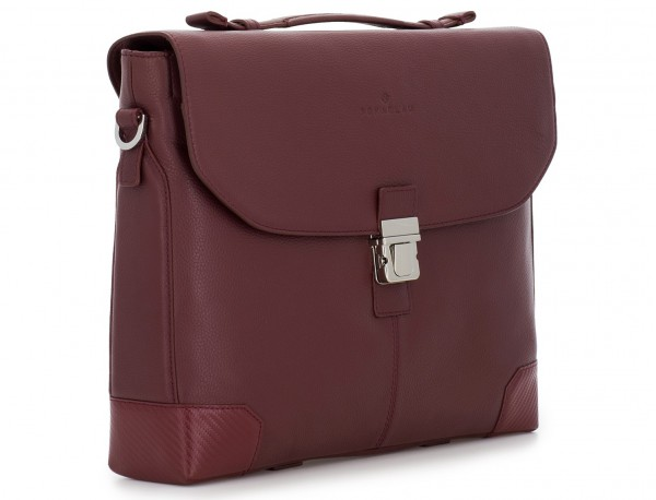 maletín de cuero con solapa color burdeos lado