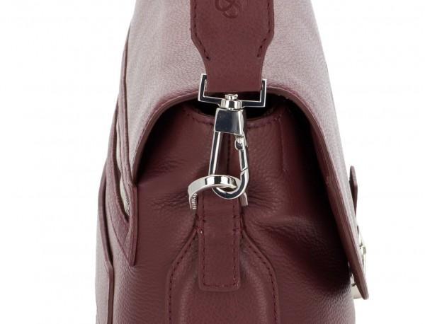 maletín de cuero con solapa color burdeos bandolera