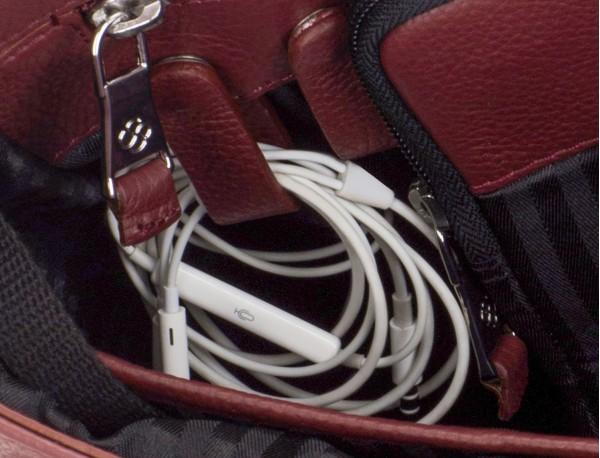 maletín de cuero con solapa color burdeos cables