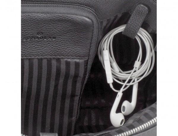 maletín de viaje de piel en color negro cables