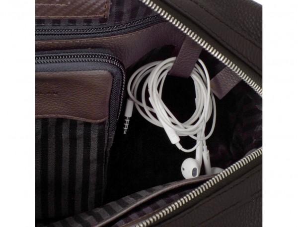 maletín de viaje de piel en color marrón cables