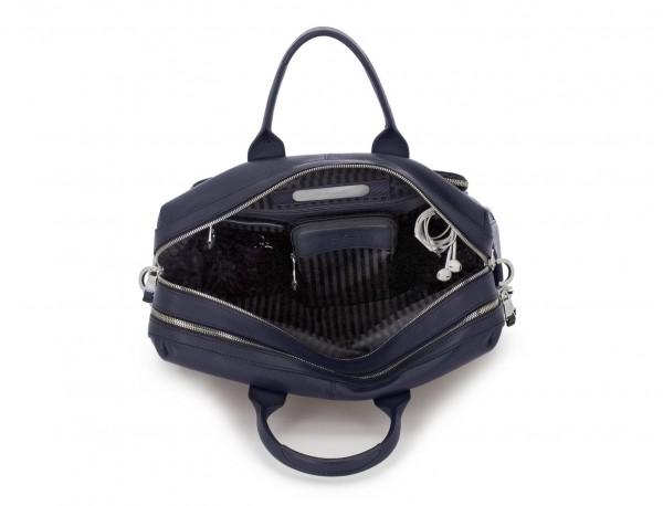 maletín de viaje de piel en color azul dentro