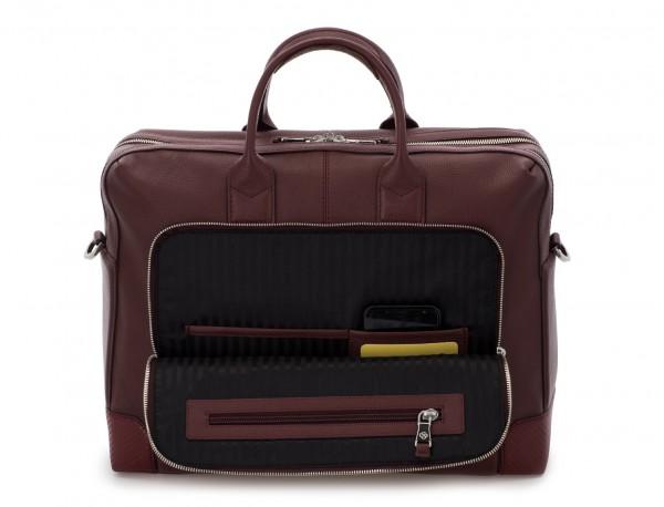 maletín de viaje de piel en color burdeos dentro