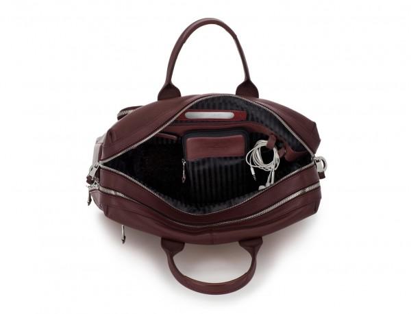 maletín de viaje de piel en color burdeos abierto