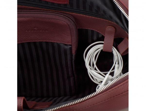 maletín de viaje de piel en color burdeos cables