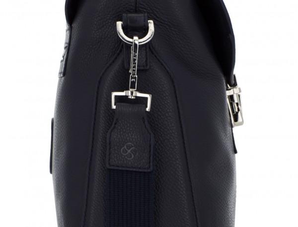 maletín de cuero con solapa azul detalle