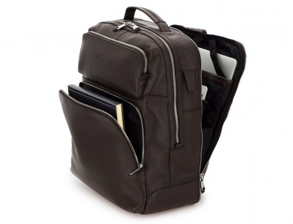 mochila de piel marrón ordenador