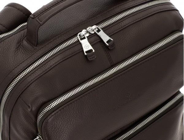 mochila de piel marrón detalle