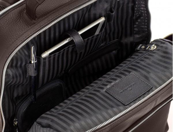 mochila de piel marrón bolsillos