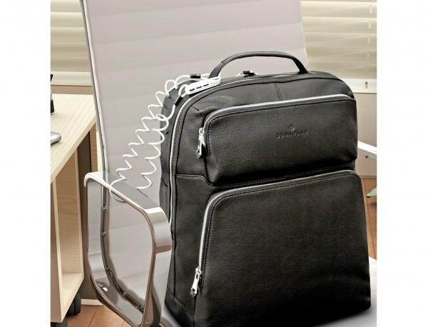 mochila de piel marrón candado