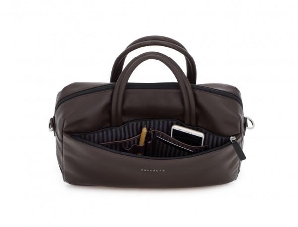 maletín grande de piel marrón abierto