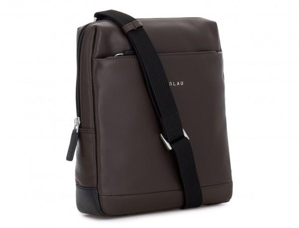 bolso bandolera de piel marrón lado