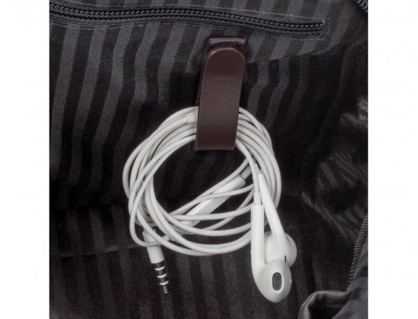 portadocumentos pequeño de piel marrón cables