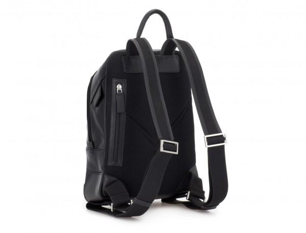 mochila pequeña de piel negra espalda