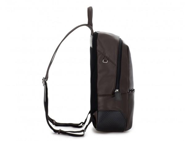 mochila pequeña de piel marrón lado
