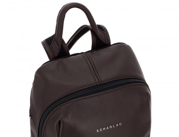 mochila pequeña de piel marrón asa