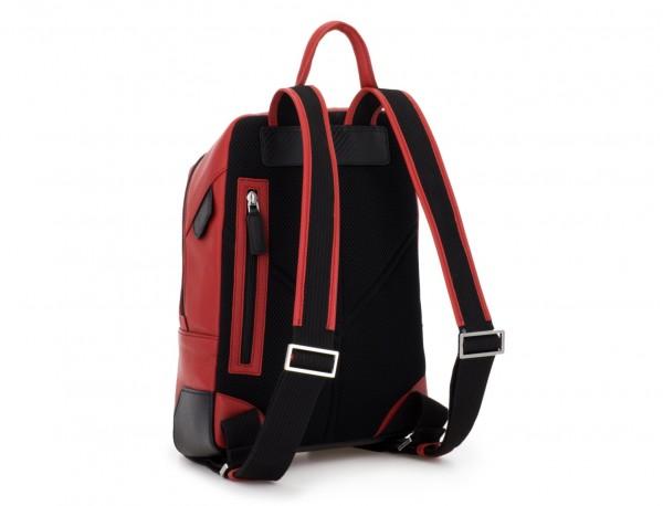 mochila pequeña de piel roja detrás