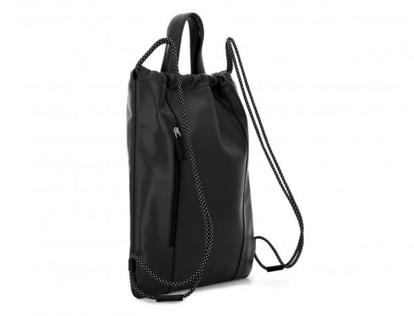 mochila plana de piel negra detrás
