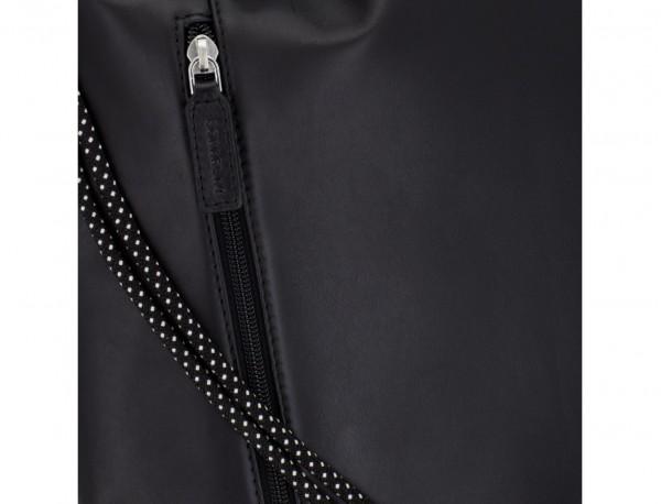 mochila plana de piel negra detalle cuero