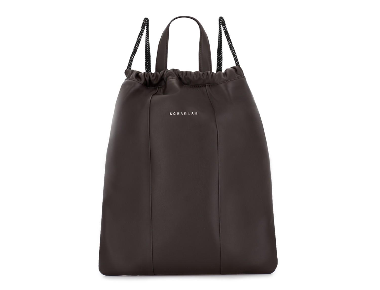 mochila plana de piel marrón frontal