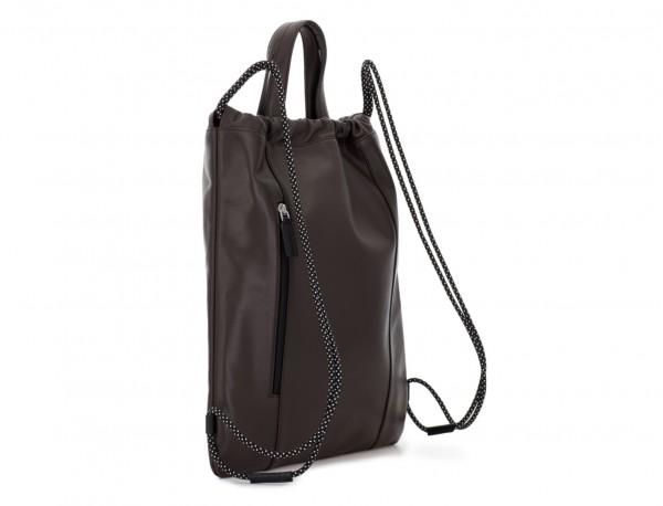 mochila plana de piel marrón detrás
