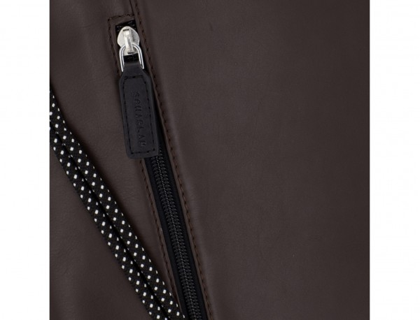 mochila plana de piel marrón detalle cuero