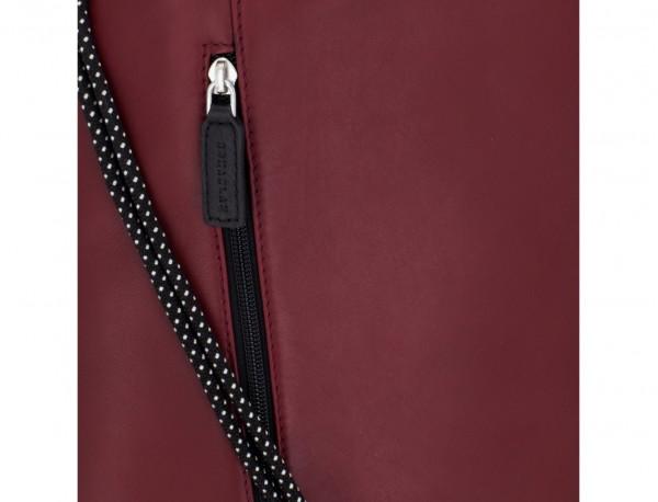 mochila plana de piel burdeos detalle cuero