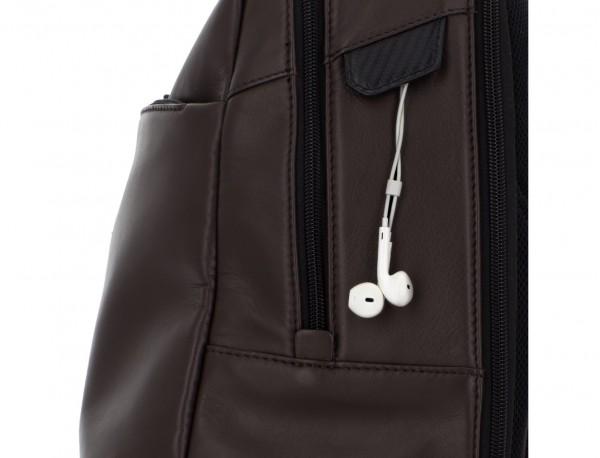 mochila de cuero para portátil marrón detalle