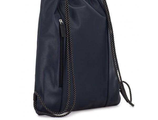 mochila plana de piel azul espalda