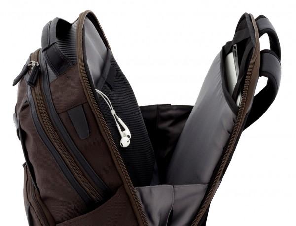 mochila de nylon negra abierta
