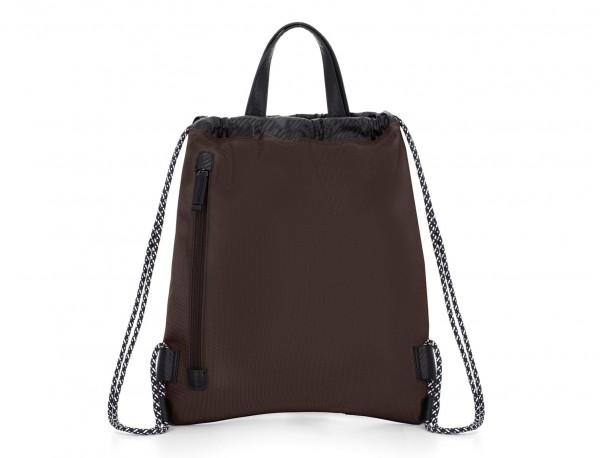 mochila marrón detrás