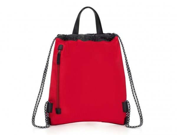 mochila roja detrás