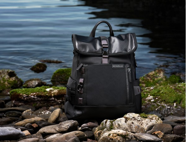 mochila con solapa negra  model