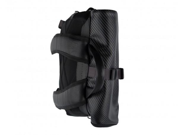 mochila con solapa negra asas