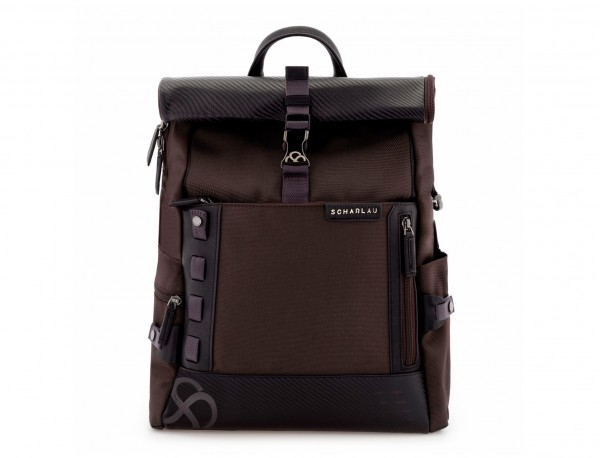 mochila con solapa marrón frontal