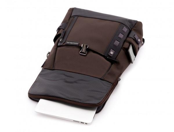 mochila con solapa marrón  abierta