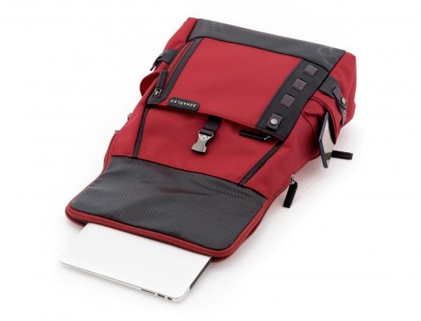 mochila con solapa roja ordenador