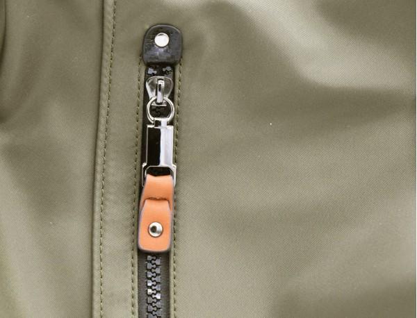 Bolso tote versátil convertible en mochila en negro y gris  detalle cuero