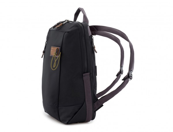 mochila negra lado