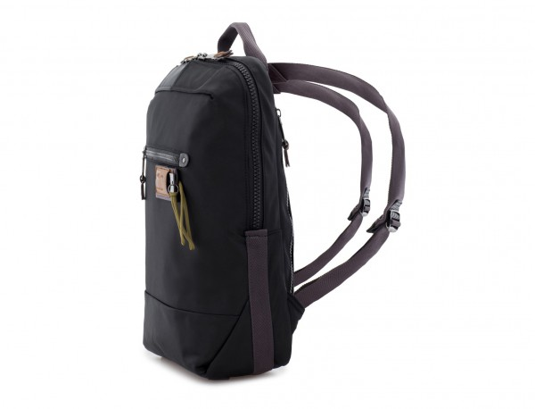 mochila pequeña en negro lado