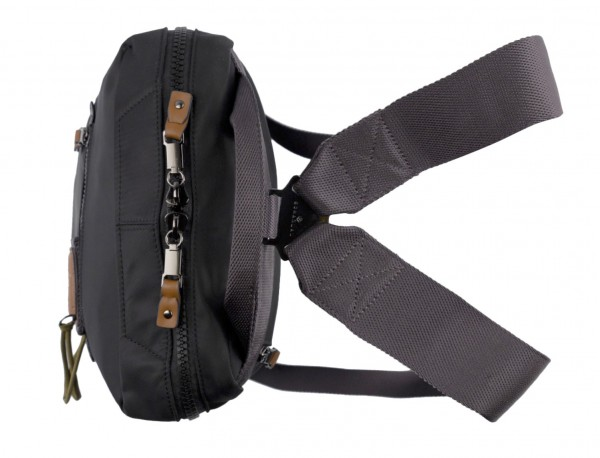 mochila pequeña en negro asas