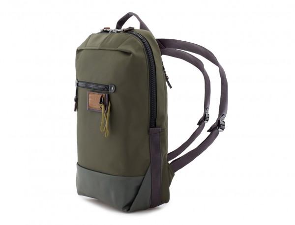 mochila pequeña en verde lado