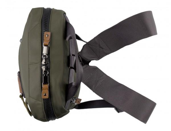mochila pequeña en verde asas