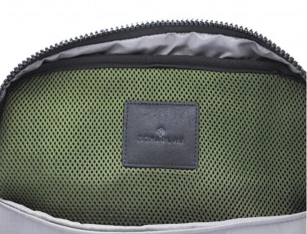 mochila pequeña en verde interior