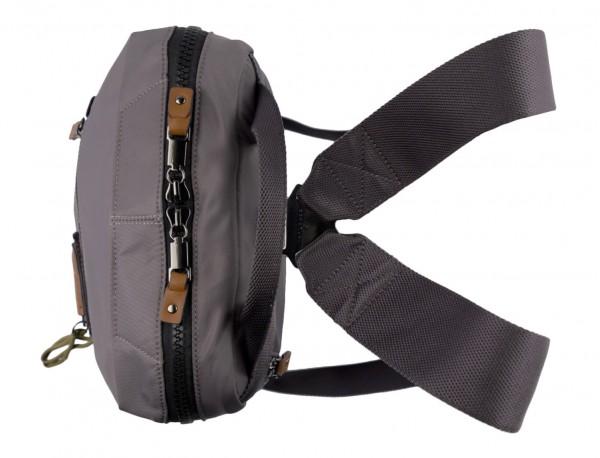 mochila pequeña en gris arriba