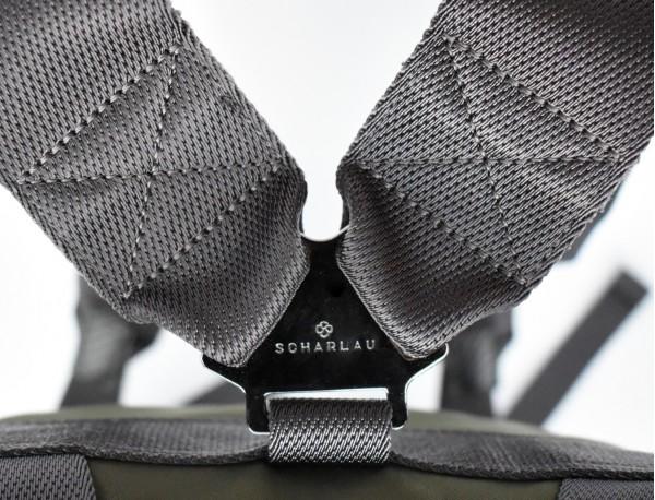 mochila pequeña en gris logo